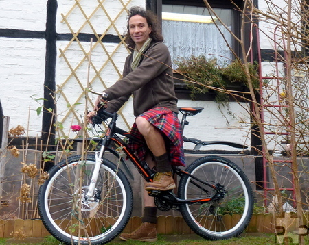 Fahrrad und Schottenrock - zwei Markenzeichen von Stephan Brings, der vor vier Jahren in der Eifel eine zweite Heimat gefunden hat und sich hier pudelwohl fühlt. Foto: privat/pp/Agentur ProfiPress