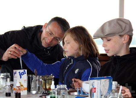 Mit Zucker, Salz und Wasser ließ es sich hervorragend experimentieren. Foto: Patrick Dost/DRK/pp/Agentur ProfiPress