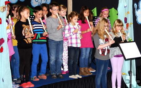 In der kleinen Feierstunde anlässlich der Flötenübergabe zeigten die Drittklässler, was sie auf ihren Instrumenten gelernt haben.  Foto: Michael Müller/KGS/pp/Agentur ProfiPress