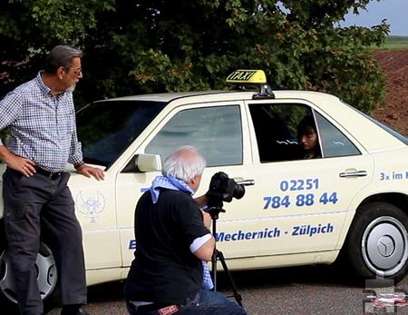 """Natascha Paulick spielt eine Berliner Mathematikerin mit Bürvenicher Wurzeln. Sie reist mit einer Droschke von """"Taxi Engel"""" an, trifft in der Kneipe zum Kartenspielen auf zwei teuflische Kreaturen, Walter, den Sexisten, und Werner, den Nazi, und bekommt schließlich von Manfred Larres (l.) den Rat, beichten zu gehen. Foto: Privat/pp/Agentur ProfiPress"""