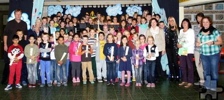 Das gemeinsame Musizieren aller Kinder hat an der städtischen katholischen Grundschule Mechernich unter der Leitung von Rektor Ulrich Lindner-Moog (l.) Tradition. Foto: Michael Müller/KGS/pp/Agentur ProfiPress