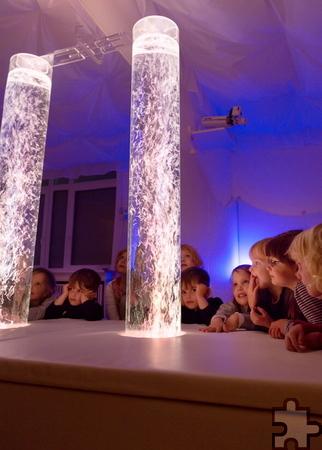 """An der Decke des Dollendorfer Snoezelraums befindet sich ein Lichterhimmel. In dem Zimmer können die unter Dreijährigen ihr Mittagsschläfchen halten – und alle """"Pänz"""" können dort Phantasiereisen unternehmen und Entspannungstechniken lernen. Foto: Rose Photo Graphy/pp/Agentur ProfiPress"""