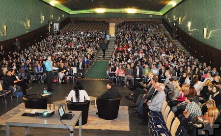 Bereitwillig posierte Khadra Sufi für Erinnerungsfotos mit den Schülern. Foto: Renate Hotse/pp/Agentur ProfiPress