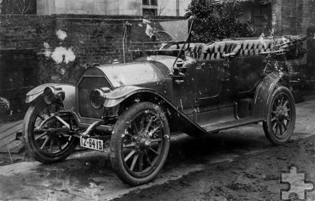 Overland Modell 69 Touring von 1913, Auto der Liebesgabenfahrt im Hof der Gastwirtschaft Bierstall des Gastwirtes Hubert Meyer 1914. Foto: Stadtarchiv Euskirchen/LVR/PP/Agentur ProfiPress