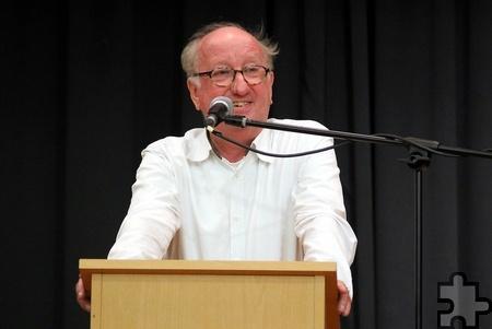 """Er trieb den Zuhörern die Tränen in die Augen - vor Lachen: """"Erziehungspapst"""" Dr. Jan-Uwe Rogge vermittelte seine Tipps mit unterhaltsamen Geschichten. Foto: Kirsten Röder/KR/pp/Agentur ProfiPress"""