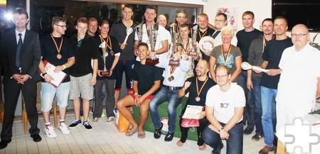 In gut gelaunter Runde aller Teilnehmer fand nach zwei Tage die Siegerehrung in der Eifel-Therme Zikkurat mit Betriebsleiter Jörg Schaefer (l.) statt. Foto: Privat/pp/Agentur ProfiPress
