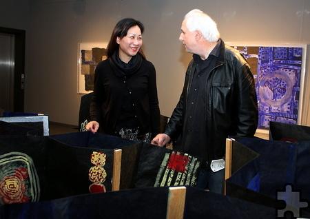 Der Künstler Rolf A. Kluenter mit seiner Frau Kathy Kuai in der Installation nach Vorbild eines nepalesischen Faltbuchs. Nach der Ausstellungseröffnung will das Paar nach Shanghai zurückkehren. Foto: Steffi Tucholke/pp/Agentur ProfiPress