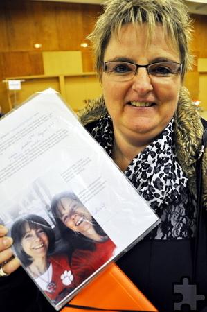Grit Sattler aus Rheinbach präsentierte in Hellenthal einen Brief und ein Foto der 51-jährigen Karen Nichelson aus Virginia, der sie durch eine Stammzellenspende das Leben gerettet hat. Foto: Reiner Züll/pp/Agentur ProfiPress