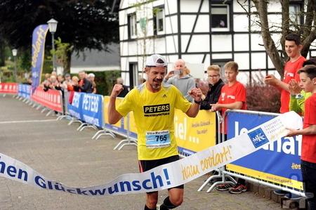 Eineinhalb Jahre nach seinem komplizierten Beinbruch startete Markus Mey beim Ultra Marathon in Monschau – und lief nach 56 Kilometern als Erster durchs Ziel. Foto: Privat/pp/Agentur ProfiPress