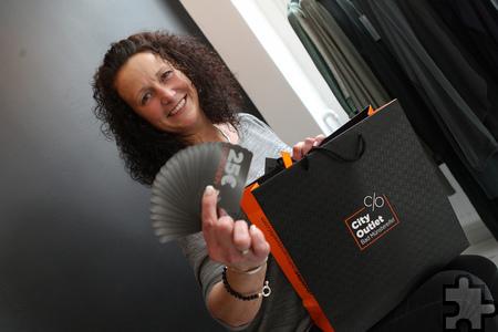 Shoppen für 1.000 Euro. Sandra Schumacher zeigt die Gutscheine, die es vor der Shopping-Tour gab. Foto: Franz Küpper/pp/Agentur ProfiPress