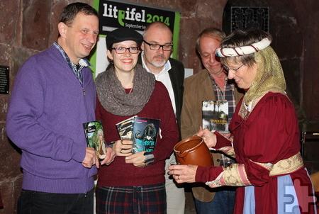 Im mittelalterlichen Gewand kredenzte Gusta Fack den vier Autoren einen Schluck Mulsum. Foto: Beate Weiler-Pranter/pp/Agentur ProfiPress