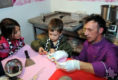 Franz Weber erklärt den Kindern, wie ein Lolli hergestellt wird. Foto: Manfred Görgen/pp/Agentur ProfiPress