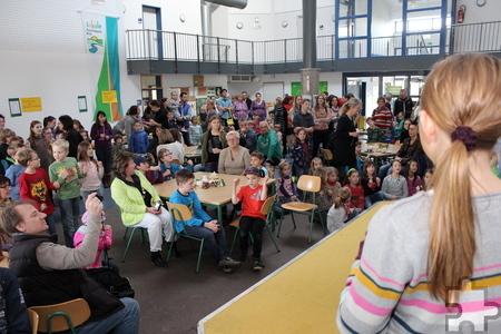 Schüler, Eltern und Freunde waren zum Tag der offenen Tür in die Gemeinschafts-Grundschule Satzvey gekommen, wo die ehemaligen Viertklässler für ihre Kunstwerke ausgezeichnet wurden, die jetzt den Infobus des Nationalparks Eifel schmücken. Foto: Kirsten Rö-der/pp/Agentur ProfiPress