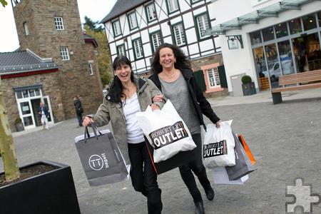 Volle Tüten nach einem großartigen Shopping-Tag im Bad Münstereifeler CityOutlet: Claudia Adrian (l.) und ihre Schwester Sandra Schumacher freuten sich über ihren Gewinn. Franz Küpper/pp/Agentur ProfiPress