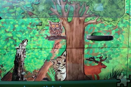 """Den """"Fagabundinus"""" schmücken nun Waldimpressionen mit insgesamt 70 von den Schülern gemalten Einzelmotiven. Auf der Waldseite sind unter anderem ein Luchs, ein Hirsch und eine Eule zu sehen. Foto: Kirsten Röder/pp/Agentur ProfiPress"""