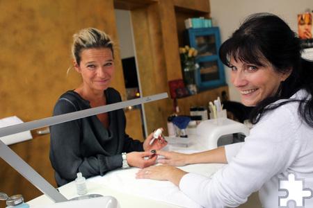 """Im """"Frauenzimmer"""" von Michaela Baum ließ es sich Claudia Adrian gut gehen und sich ihre Fingernägel pflegen. Foto: Franz Küpper/pp/Agentur ProfiPress"""
