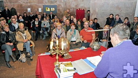 """Im historischen Gemäuer der Burg Nideggen lauschten bei der """"langen Lesenacht"""" zahlreiche Bücherfreunde den Lesungen der vier Autoren, die sich auf historische Themen spezialisiert haben. Foto: Jochaim Starke/pp/Agentur ProfiPress"""