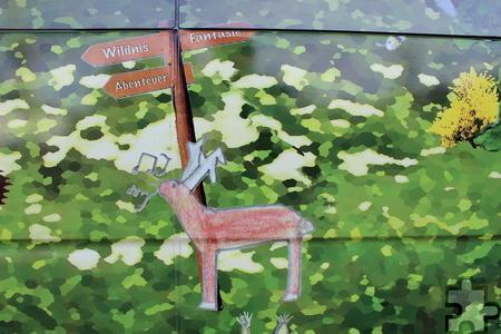 """Ein röhrender Hirsch zwischen Wildnis und Fantasie. """"Vorgabe war, dass der Bus eine reale Waldseite und eine fiktive Märchenwaldseite haben sollte"""", erklärte Dirk Gemünd vom Nationalpark Eifel. Foto: Kirsten Röder/pp/Agentur ProfiPress"""