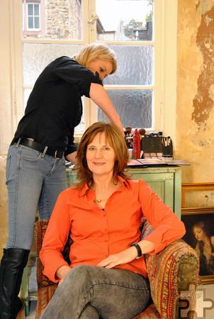 """Hier wird Yvonne Axler-von Berg von Kosmetikerin Christiane Maserke im """"Frauenzimmer"""" aufgehübscht. Foto: Renate Hotse/pp/Agentur ProfiPress"""