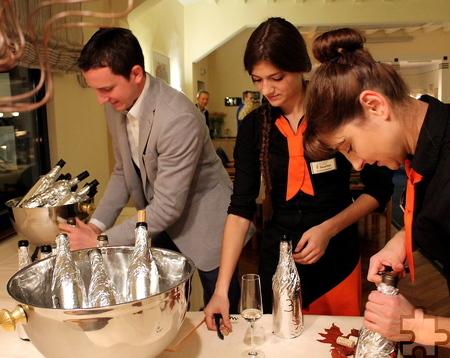 Vor dem Wein-Quiz hatte Marc Baum (l.) die in Folie eingepackten Flaschen für die jeweiligen Menügänge mit Zahlen gekennzeichnet. Die Gäste mussten blind verkosten und dann ihre Expertisen im Team abgeben. Die Weinkenntnisse der Eifeler erwiesen sich laut Veranstalter als exorbitant gut. Foto: Reiner Züll/pp/Agentur ProfiPress
