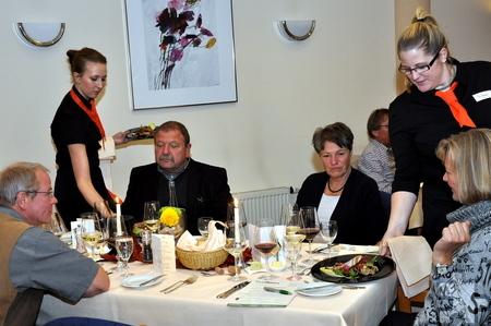 Zu den erlesenen Weinen wurde den Gästen ein opulentes Vier-Gang-Menue serviert. Foto: Reiner Züll/pp/Agentur Profipress
