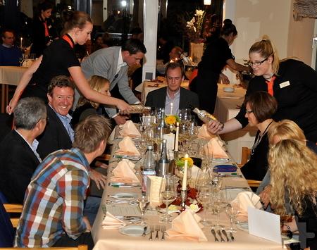Beim Wein-Quiz sorgten acht Servicekräfte des Schleidener Tagungshotels Eifelkern für einen erlebnis- und genussreichen Abend. Foto: Reiner Züll/pp/Agentur ProfiPress