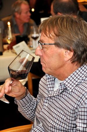 Beim Wein-Quiz im Tagungshotel Eifelkern war auch eine gute Nase gefragt. Foto: Reiner Züll/pp/Agentur ProfiPress