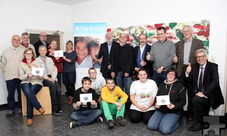 Über insgesamt 6.000 Euro vom Kiwanis Hilfsfonds Nordeifel können sich sieben Jugendeinrichtungen in der Nordeifel freuen. Im Urfter Hermann-Josef-Haus fand die Scheckübergabe statt. Foto: Alice Gempfer/pp/Agentur ProfiPress