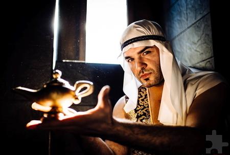 Als Aladdin mit der Wunderlampe entführte Eifel-Therme-Mitarbeiter Visar Bytyqi die Jury bei der Sauna-WM in den Orient und sicherte sich mit seiner effektreichen Show den Titel des Vizeweltmeisters. Foto: Joel Kernasenko