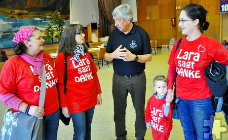 """Eine Delegation aus Erftstadt, hier mit Hilfsgruppenchef Willi Greuel, erschien in Hellenthal in roten T-Shirts mit der Aufschrift """"Lara sagt Danke"""". Foto: Reiner Züll/pp/Agentur ProfiPress"""