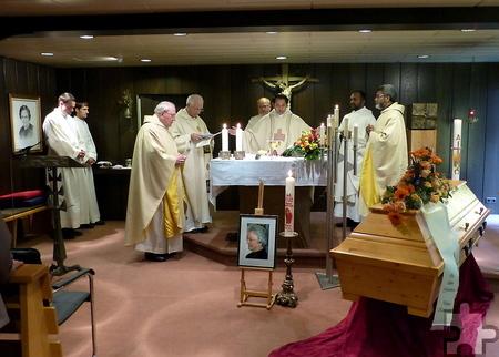 Mehrere Geistliche feierten am Sarg von Schwester Vinzenza Auferstehungsmesse, Hauptzelebrant war Father Jaison Thazhathil (Mitte).  Foto: Marie-Therese Dijkstra/CIC/pp/Agentur ProfiPress
