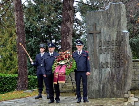 Feuerwehr bei der Ehrenbezeugung nach der Kranzniederlegung am Ehrenmal in Bleibuir. Foto: Manfred Lang/pp/Agentur ProfiPress