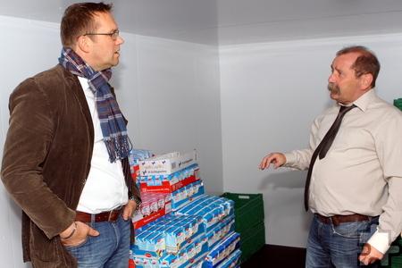 Thomas Hambach (l.), Erster Beigeordneter der Stadt Mechernich, lässt sich von Tafel-Vorsitzendem Wolfgang Weilerswist das neue Kühlhaus erklären. Foto: Paul Düster/pp/Agentur ProfiPress