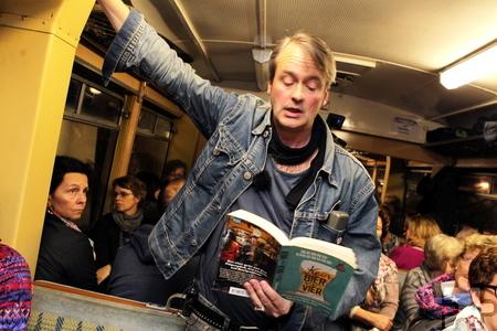"""Bernd Imgrund las stehend im mittleren Gang der """"Flitsch"""" aus seinem neuen Buch """"Kein Bier vor vier"""". Foto: Franz Küpper/pp/Agentur ProfiPress"""
