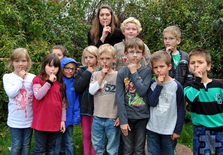 Psst! Dass sie sich an der Vogelhecke leise verhalten müssen, wissen die Schüler der Nationalpark-AG an der Lückerather Grundschule, die nun als Nationalparkschule rezertifiziert worden ist. Foto: Renate Hotse/pp/Agentur ProfiPress
