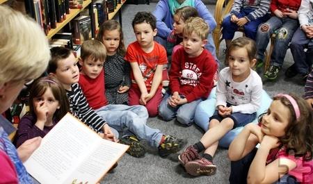 Gleich zwei Bücher liest eine Mitarbeiterin des Kinderschutzbundes den Kindern vor, die zum Vorlesenachmittag am Dienstag, 18. November, von 16.15 bis 17 Uhr, in die Mechernicher Stadtbücherei kommen. Archivfoto: Alice Gempfer/pp/Agentur ProfiPress