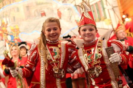 """Prinz Timo I. (Reipen) und Prinzessin Maike I. (Jansen) sind das stolze Kinder-Prinzenpaar der KG """"Greesberger"""" aus Kommern. Foto: Franz Küpper/pp/Agentur ProfiPress"""