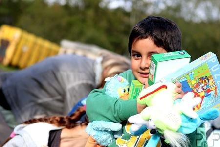 Der fünfjährige Glorian freut sich über einen Arm voll neuer Spielsachen. Foto: Franz Küpper/pp/Agentur ProfiPress