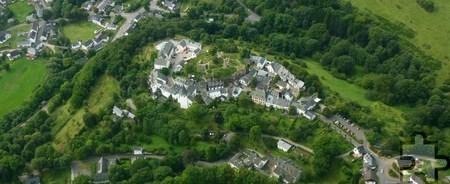 Der historische Burgort Kronenburg gilt mit seinen restaurierten Häusern, dem Kronenburger See und dem Ferienpark als touristischer Schwerpunkt in der Nordeifel. Foto: Gemeinde Dahlem/pp/Agentur ProfiPress