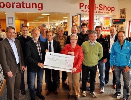 Im vergangenen Jahr wurde der Hilfsgruppe in der Kaller Bauzentrale Schumacher ein Spendenbetrag von 2900 Euro übergeben. Foto: Reiner Züll/pp/Agentur ProfiPress