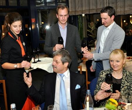 Zwischen der zweiten Vorspeise und dem Hauptgericht bekamen auch Klaus und Susanne Müller (vorne), die Inhaber des tagungshotels Eifelkern, den Wein zum Quiz in schwarzen Gläsern serviert. Foto: Reiner Züll/pp/Agentur ProfiPress