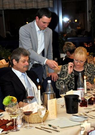 Wein-Experte Marc Baum erklärt Hotel-Inhaber Klaus Müller und seiner Frau Susanne das Wein-Quiz. Foto: Reiner Züll/pp/Agentur ProfiPress
