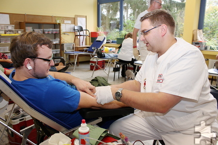 Ein halber Liter Blut wird jedem Blutspender abgezapft. Danach geht es in den Ruheraum und dann zur Stärkung ans große Büffet. Foto: Steffi Tucholke/pp/Agentur ProfiPress