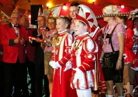 Das Kinderprinzenpaar Prinz Timo I. (Reipen) und Prinzessin Maike I. (Jansen) hatten das Publikum bei seiner Proklamation sofort in der Hand. Foto: Marion Eichinger/pp/Agentur ProfiPress