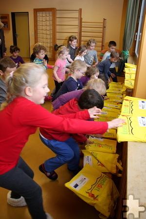 Mit Begeisterung schnappten sich die Kinder ihre Lesestart-Sets mit jeweils einem Bilderbuch und einer mehrsprachigen Informationsbroschüre für die Eltern. Foto: Steffi Tucholke/pp/Agentur ProfiPress