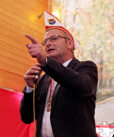 Bürgermeister Dr. Hans-Peter Schick zeigte sich beim Tollitätenempfang in der Kommerner Bürgerhalle von seiner humorvollen Seite. Foto: Franz Küpper/pp/Agentur ProfiPress