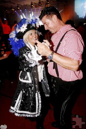 Ein Edel-Funkemariechen und ein Tiroler in Tanz-Stimmung zur Gute-Laune-Musik auf Kölsch. Foto: Stefan Lieser/pp/Agentur ProfiPress