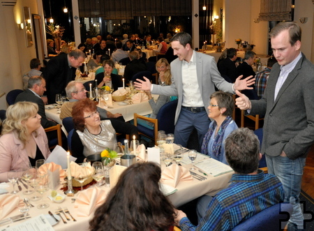 """""""Wir verraten nichts"""" Konstantin (rechts) und Marc Baum waren über die guten Weinkenntnisse der Gäste im Tagungshotel Eifelkern in Schleiden sichtlich erfreut. Foto: Reiner Züll/pp/Agentur ProfiPress"""
