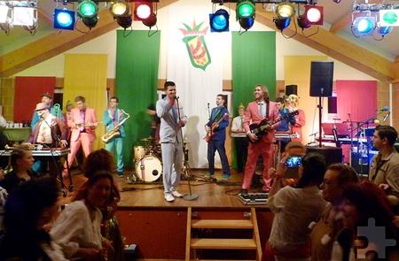 """Tolle Stimmung bei der Kostümsitzung der Weyerer Blömche. Während in der vergangenen Session unter anderem """"Kuhl un de Gäng"""" auf der Bühne standen, werden am 24. Januar 2015 unter anderem die """"Funky Marys"""" mit ihrem neuen Hit """"D.A.N.Z.E."""" erwartet. Bild: Privat/pp/Agentur ProfiPress"""