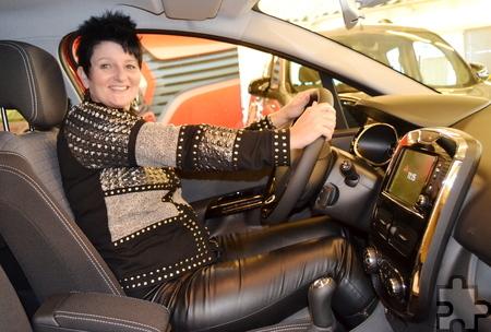 Heidi Theiß, glückliche Gewinnerin eines Renault Clio, der anlässlich der Eröffnung des Bad Münstereifeler City Outlet verlost wurde, ließ es sich nicht nehmen, noch in der Ausstellungshalle des Autohauses Kuckartz hinter dem Steuer Platz zu nehmen. Foto: Axel Keldenich/pp/Agentur ProfiPress